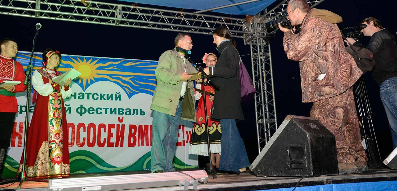 Leila Loder accepts award for Wild Salmon Center at Kamchatka Salmon Festival